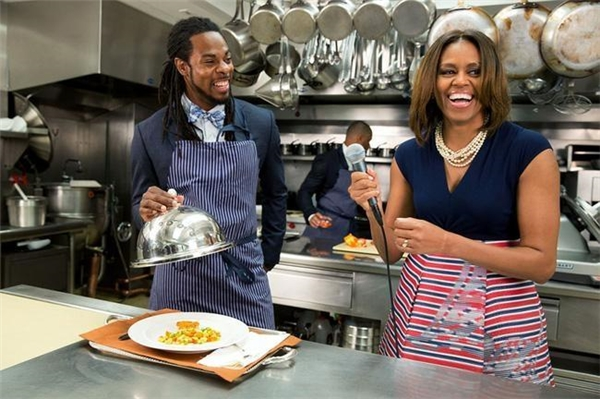 Bà Michelle xuất hiện vui vẻ tạibuổi ghi hình cho chương trình Let's Move! cùng Richard Sherman tại khu bếp của Nhà Trắng vào ngày 21/5/2014.