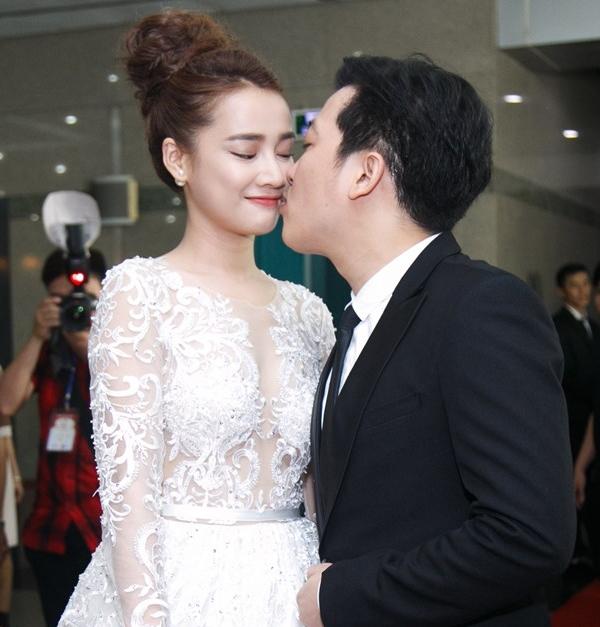 Trường Giang hạnh phúc ôm hôn bạn gái Nhã Phương trên thảm đỏ Mai Vàng 2016. - Tin sao Viet - Tin tuc sao Viet - Scandal sao Viet - Tin tuc cua Sao - Tin cua Sao