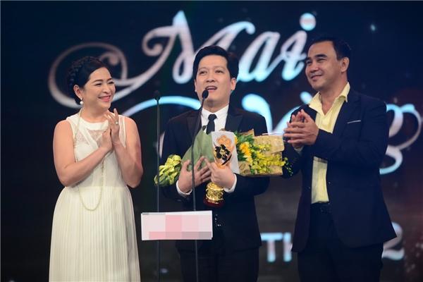 Trường Giang nhận giải MC được yêu thích nhất từ tay hai MC kỳ cựu Quỳnh Hương và Quyền Linh. - Tin sao Viet - Tin tuc sao Viet - Scandal sao Viet - Tin tuc cua Sao - Tin cua Sao