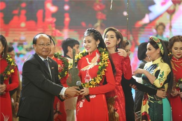 Trong đêm thi tối qua, Quỳnh Như và các thí sinh phải trải qua 3 thử thách đó là: hát đơn ca, song ca và hợp ca.