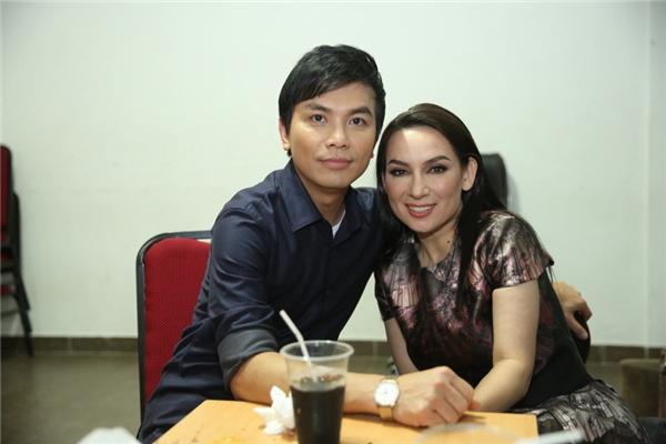 Mạnh Quỳnhchụp ảnh thân mật cùng giám khảo Phi Nhung.