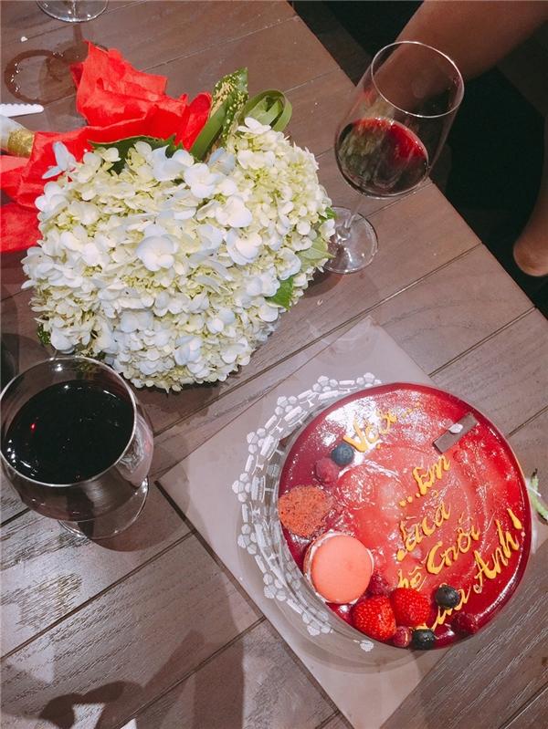 """Gần 11 giờ đêm qua, Only Cxuất hiện tại một nhà hàng ở trung tâm Sài Gòn với hoa, bánh kem cùng dòng chữ """"Vợ ơi... Em là cả thế giới của anh!"""" và nến. - Tin sao Viet - Tin tuc sao Viet - Scandal sao Viet - Tin tuc cua Sao - Tin cua Sao"""