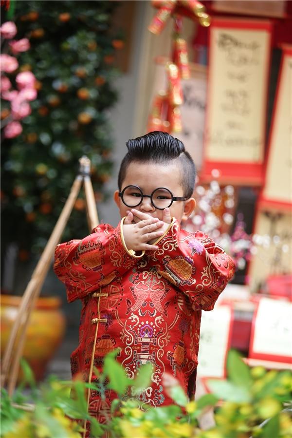 Cậu béhóm hỉnh chúc xuân trong chiếc áo dài đỏ cách tân thật đáng yêu, làm nức lòng người hâm mộ.
