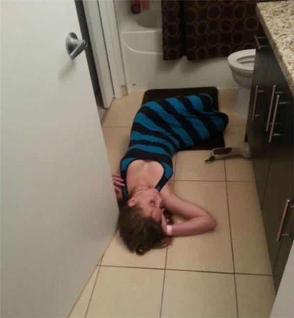 Không ôm được bồn cầu ngủ thì nằm cạnh cũng được.(Ảnh: Internet)