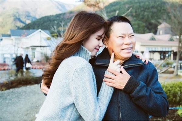 Ngọc Trinhhạnh phúc bên bạn trai đại gia.(Ảnh: Internet)
