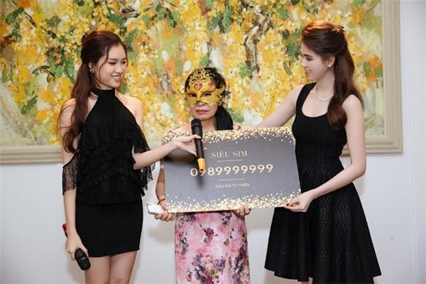 Vị nữ đại gia đã giành được chiến thắng trong phiên đấu giá siêu sim. (Ảnh: Internet)