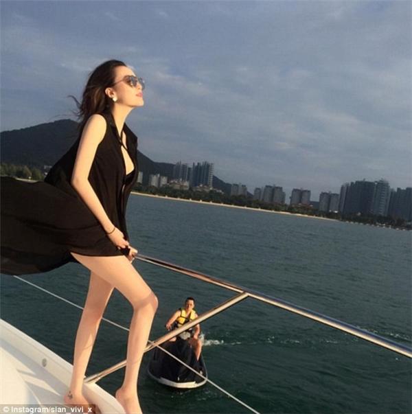 Cô nàng Sian Vivi, thành viên của hội con nhà giàu Trung Quốc thường xuyên có những chuyến du lịch xa xỉ bằng du thuyền.