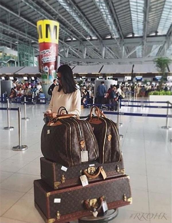 Không cần sợ hành lí quá kí, không sợ bị lục lọi lấy cắp đồ đạc hàng hiệu, không phải xếp hàng chờ đợi làm thủ tục sân bay,bởi các chuyến du lịch của hội con nhà giàu đều sử dụng chuyên cơ riêng.