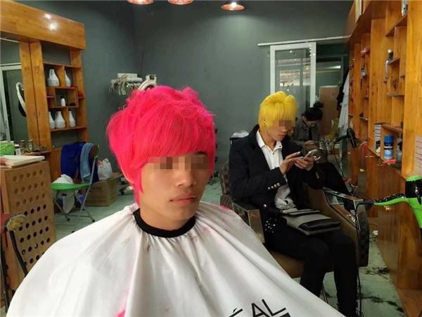 """Những chàng trai với màu tóc """"hoa đào hoa mai"""" đang làm xôn xao mạng xã hội. (Ảnh: Internet)"""