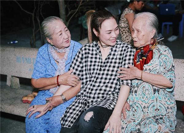 Biểu cảm đáng yêu của Mỹ Tâm bên cạnh cô Thiên Kim và cô Ngọc Đáng. - Tin sao Viet - Tin tuc sao Viet - Scandal sao Viet - Tin tuc cua Sao - Tin cua Sao