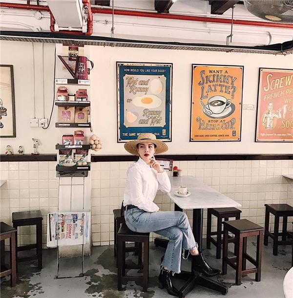 Phong cách thời trang cổ điển tiếp tục được Yến Trang lăng xê trong những ngày cận Tết. Nữ ca sĩ phối áo sơ mi trắng cùng quần jeans rách bạc màu, giày boots da cùng mũ fedora bằng chất liệu cói. Màu son đỏ thẫm giúp Yến Trang thêm phần sắc sảo.