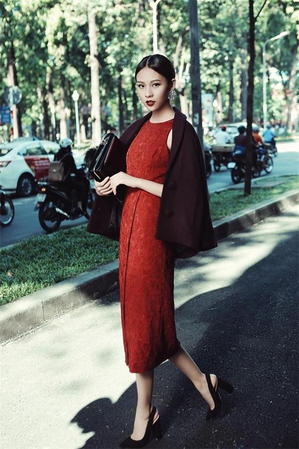 Phí Phương Anh xuống phố với vẻ ngoài thanh lịch khi kết hợp váy bodycon màu đỏ rượu sang trọng cùng áo khoác tím thẫm bên ngoài. Giày cao, túi da càng tôn lên nét sang trọng, tinh tế trong phong cách của quý cô tuổi đôi mươi. Với khí hậu lạnh của miền Bắc, bộ trang phục này sẽ là lựa chọn tuyệt vời cho phái đẹp.