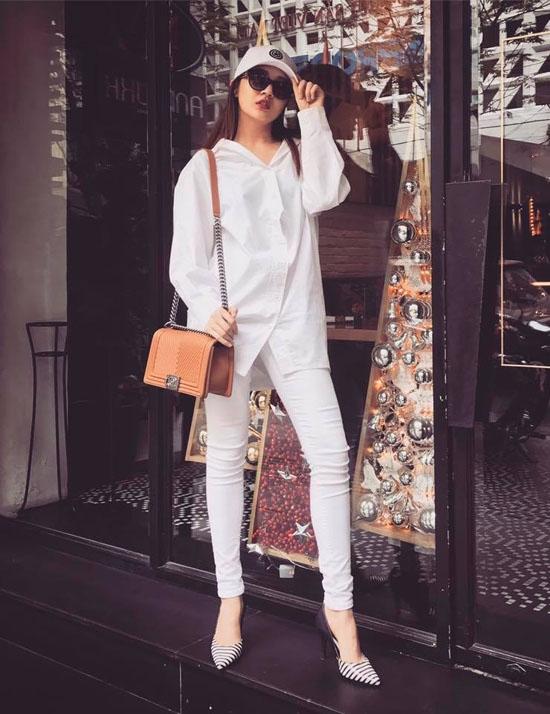 Với cả cây trắng của Bảo Anh, chỉ cần một món phụ kiện khác biệt về màu sắc vẫn đủ giúp bạn thoải mái du Xuân. Với bộ trang phục cá tính, nữ ca sĩ lại chọn kết hợp cùng giày cao gót tạo nên sự tương phản thú vị giữa hai phong cách thời trang.