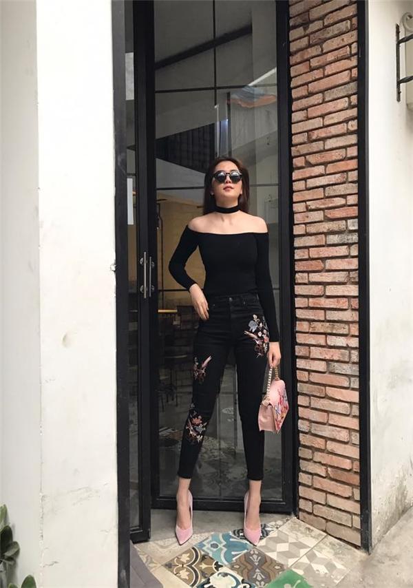 Sắc đen gần như không thể vắng mặt trong tủ đồ của các cô gái bởi độ dung hòa của chúng. Thiều Bảo Trang chọn phối chiếc túi đồng điệu họa tiết với quần jeans bó sát khoe được đôi chân thon dài. Bộ cánh dù cá tính, mạnh mẽ nhưng trông vẫn rất đỗi ngọt ngào, thanh lịch.