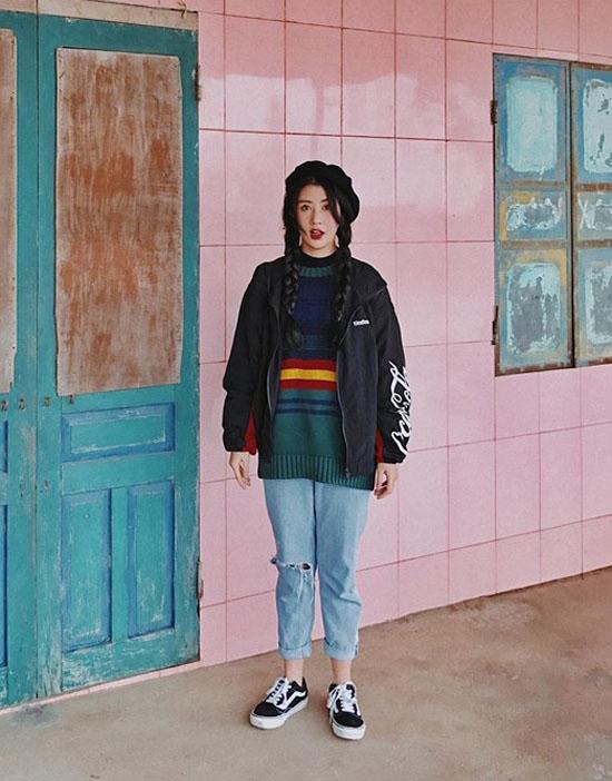 Quỳnh Anh Shyn đáng yêu như quý cô tuổi 15 với áo len, quần wash rách cùng áo khoác mỏng bên ngoài. Cô gái 9X làm gợi nhớ đến hình ảnh những cô gái miền Bắc trong tiết trời se lạnh ngày cuối năm.
