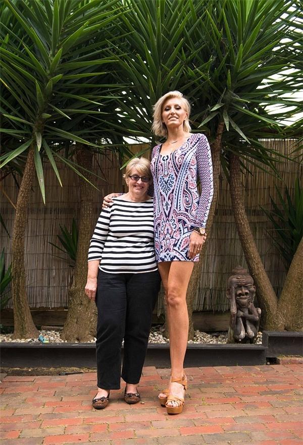 Mẹ của Caroline (trái) chỉ cao 1m57.