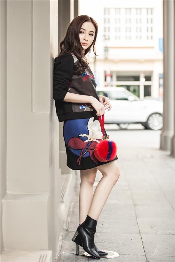 Sở hữu đôi chân thon dài cùng số đo 3 vòng cân đối, Angela Phương Trinh hút ánh nhìn khi diện váy ngắn kết hợp cùng giày cao gót cổ ngắn. - Tin sao Viet - Tin tuc sao Viet - Scandal sao Viet - Tin tuc cua Sao - Tin cua Sao