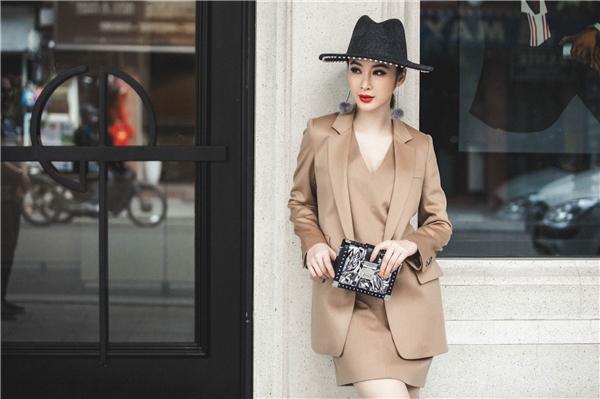 Người đẹp khéo léo chọn những mẫu áo vest khoác ngoài cùng mũ rộng vành hợp thời trang. - Tin sao Viet - Tin tuc sao Viet - Scandal sao Viet - Tin tuc cua Sao - Tin cua Sao