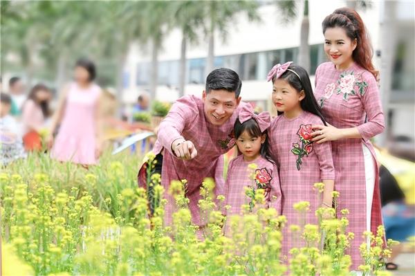 Gia đình Bình Minh xuống phố ngày Xuân với áo dài rực rỡ