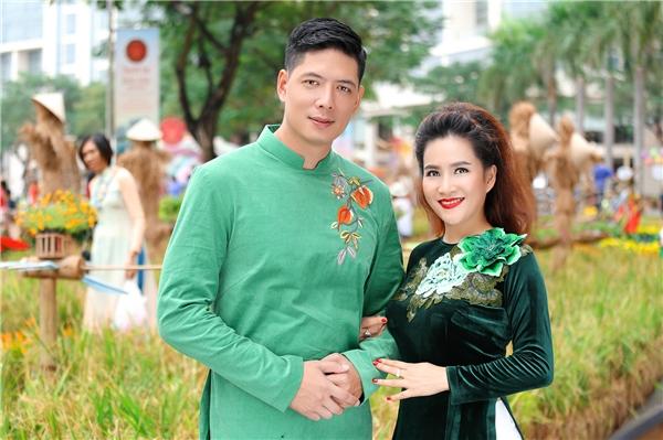 Khoảnh khắc hạnh phúc của vợ chồng cựu siêu mẫu trên đường phố Sài Gòn những ngày cận Tết.