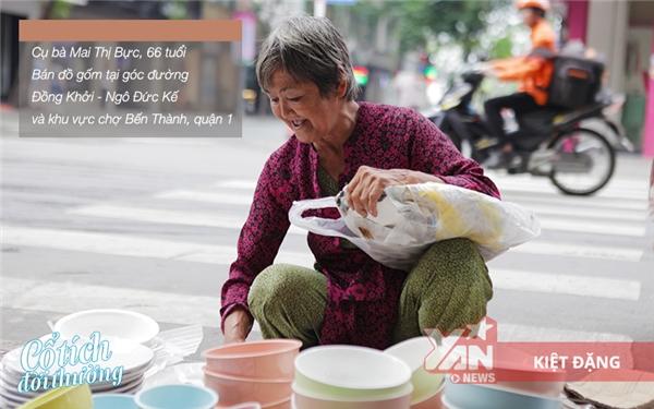 Bà Mai Thị Bực và nghề bán gốm dạo nuôi giađình hơn mấy chục năm qua.