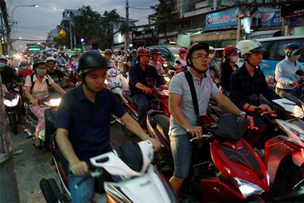Các phương tiện di chuyển rất khó khăn. (Ảnh: Internet)  Lượng xe từ cầu Bình Triệu đổ về hướng Đinh Bộ Lĩnh.(Ảnh: Internet)   Taxi ngao ngán bỏ khách giữa đường vì kẹt xe.(Ảnh: Internet)