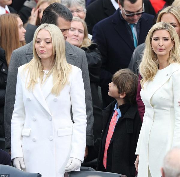 Don III (con trai của Donald Jr) đang đứng trên bục cạnh bố mẹ và đằng sau 2 côcủa mình.
