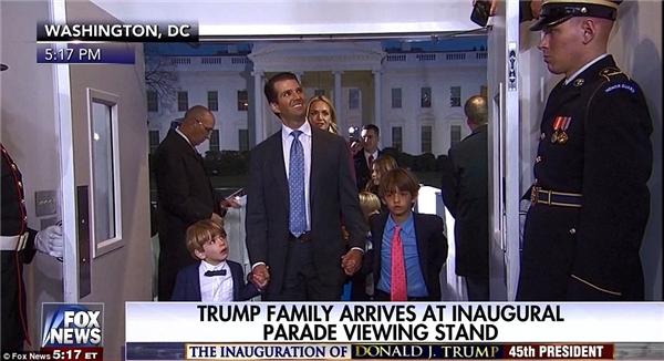 """Mẹ Vanessa cùng Tristan và Kai đã bị bố Donald Jr """"bỏ rơi"""" đằng sau trong khi anh nắm tay 2 con trai Spencer (trái) và Don III (phải) bước vào Nhà Trắng."""