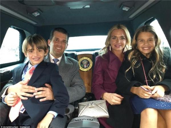 Ảnh chụp Kai và Don III cùng bố mẹ trên xe limousine của tổng thống vào tối hôm nhậm chức.