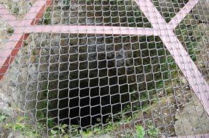"""""""Giếng Okiku"""" bị rào lại bởi một tấm lưới chắc chắn. (Ảnh: Internet)"""