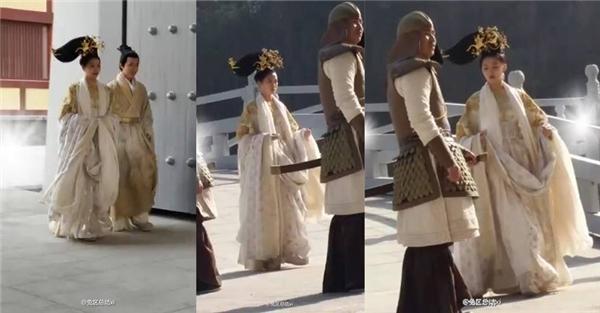 Bộ trang phục rườm ràcứ như quấn tất cả mùng mền lên người.