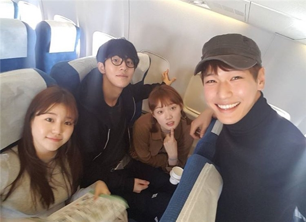 Nam Joo Hyuk và Lee Sung Kyung cùng đoàn làm phim Tiên nữ cử tạ trong chuyến du lịch đến đảo Jeju vừa qua