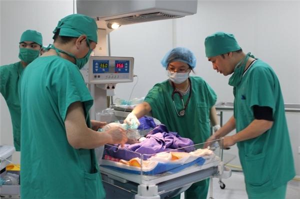 Cứu sống bé sơ sinh lộ nội tạng ngoài thành bụng ở Quảng Ninh