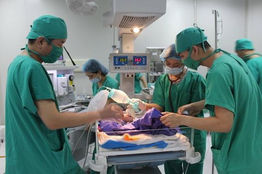 Ca phẫu thuật thành công vàbé gáiđã được các bác sĩ cứu sống.(Ảnh: Internet)