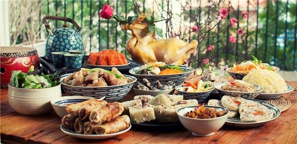 Vào chiều 30 tháng Chạp, mỗi gia đình đều sửa soạn mâm cơm, bày biện lễ cúng Tất Niên. (Ảnh: Internet)