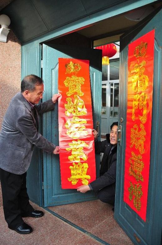 Người Trung Quốc trang trí nhà cửa ngày Tết.