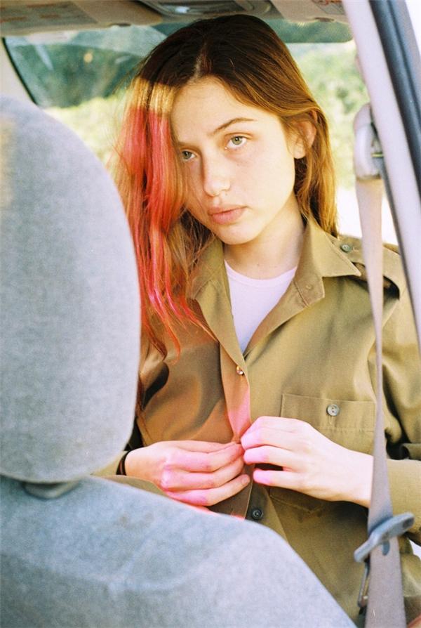 Vẻ đẹp không cần son phấn của nữ binh sĩ Israel