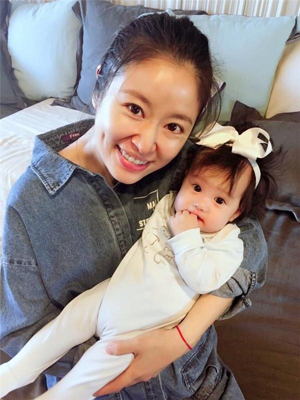"""Đầu năm mới, Lâm Tâm Như hạnh phúc """"khoe"""" thêm ảnh mới của con gái"""