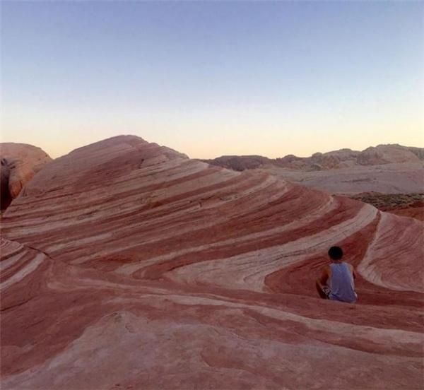 Góc chụp được chọn lọc kỹ càng khiến các vách đá trông vô cùng bắt mắt, còn bầu trời thì như đang xoay tròn theo từng con sóng trên mặt đất. Trong khi đó, bức ảnh nghiệp dư khiến nơi này như một... bãi rác đá mà mẹ thiên nhiên cũng không thèm ngó ngàng tới.