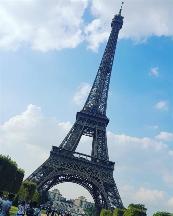 """Góc chụp chuyên nghiệp thâu tóm cả bầu trời đêm Paris và khiến Tháp Eiffel hiện lên sừng sững, lại trông như một con quái vật khổng lồ đang vây lấy bạn từ bên trên. Trong khi ở tấm ảnh nghiệp dư... """"Ừ, chỉ là cái tháp thôi mà. Ở đâu chẳng có."""""""
