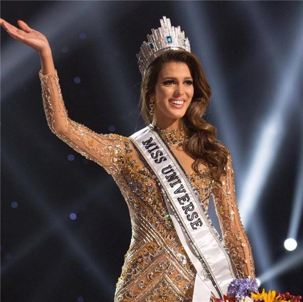 Chiến thắng của cô gái này không gây bất ngờ bởi ngay từ đầu Iris Mittenaere đã được xếp vào nhóm thí sinh xuất sắc nhất. Dù chỉ cao 1m72 nhưng tân Hoa hậu Hoàn vũ lại có chỉ số hình thể vô cùng nổi bật, thu hút, gương mặt thanh tú, ngọt ngào nhưng vẫn rất đỗi gợi cảm.