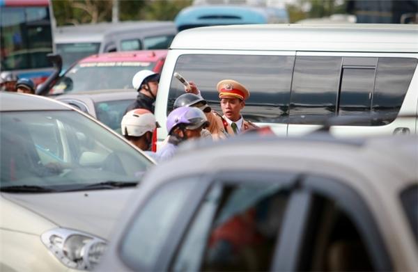 Cảnh sát giao thông có mặt điều tiết giao thông. (Ảnh: Internet)