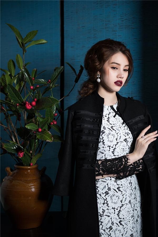 Áo dài ren trở thành xu hướng được ưa chuộng nhất trong mùa Tết 2017 này. Jolie Nguyễn chọn diện thiết kế kết hợp hai mảng màu trắng, đen đan lồng vào nhau một cách tinh tế, bắt mắt.