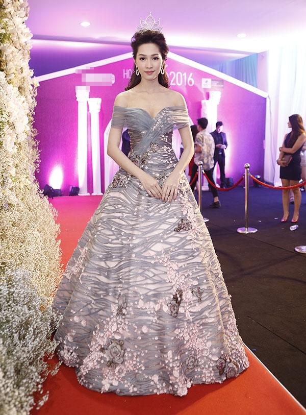 Trước đó, bộ váy này từng được Kỳ Duyên diện xuất hiện trên sàn diễn với vai trò vedette và giúp Đặng Thu Thảo tỏa sáng trên thảm đỏ chung kết Hoa hậu Việt Nam 2016. Nếu như ở tân Hoa hậu Hoàn vũ toát lên nét gợi cảm, quyến rũ thì 2 mỹ nhân Việt lại là màu sắc ngọt ngào, thanh lịch.