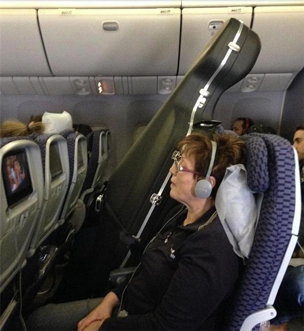 """""""Hành khách"""" ngồi ở hàng ghế giữa có vẻ hơi quá khổ."""
