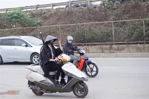 Khi nữ hiệp sĩ áo đen công kích đường phố.