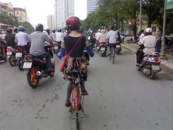 Đến cả đi xe đạp cũng một mực phải đội mũ bảo hiểm mớiyên tâm.