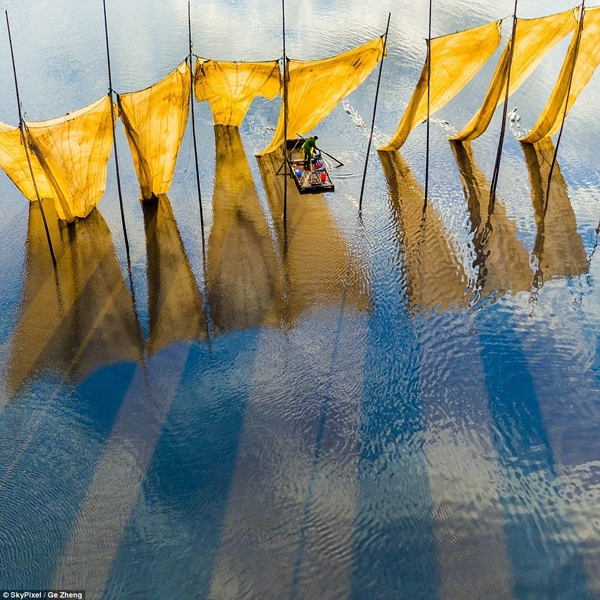 Bài thi chụp ngư dân câu cá của tác giả Ge Zheng đạt bức ảnh xuất sắc nhất.