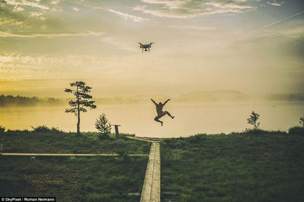 Bức ảnh của tác giả Roman Neimann ghi lại khoảnh khắc một người đàn ông trong trạng thái phấn khích chuẩn bị nhảy vào hồ nước vào một buổi bình minh.