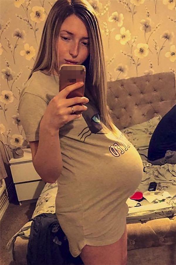 Người mẹ trẻ hạnh phúc khi mang thai con gái đầu lòng.